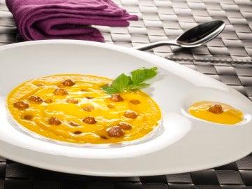 Crema de zanahorias asadas con garbanzos crujientes