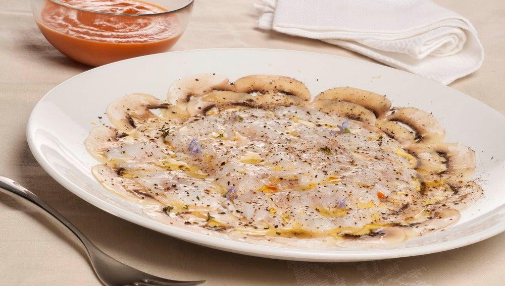 Carpaccio de bacalao y champiñones con salsa de tomate