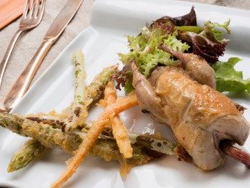 Codornices rellenas con verduras en tempura