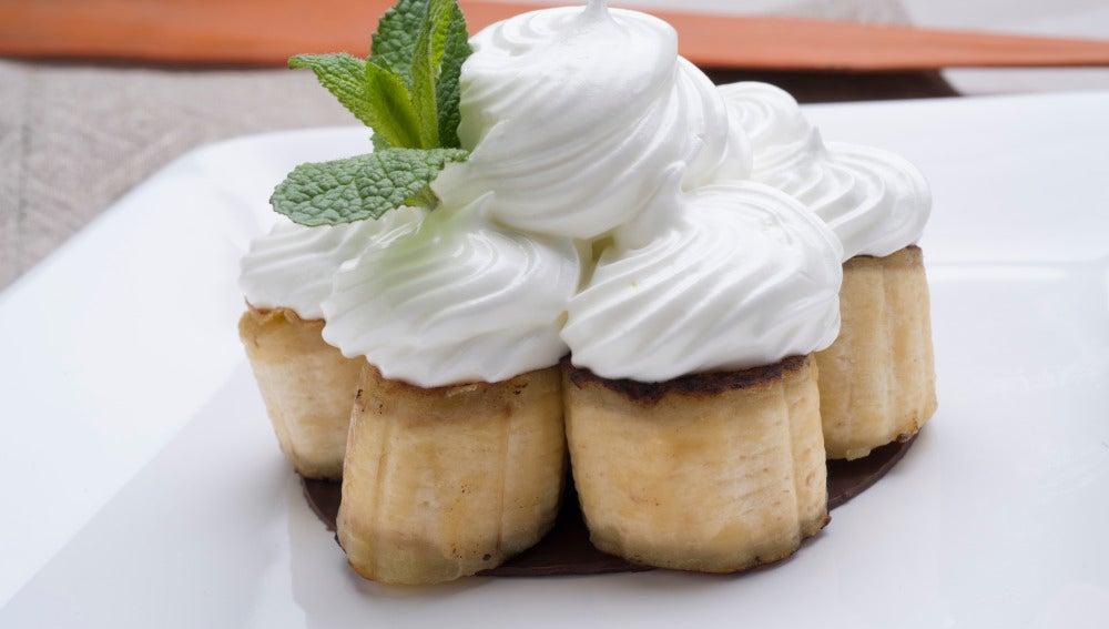Plátanos asados con chocolate y merengue