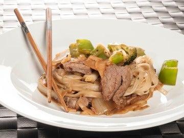 Wok de ternera y fideos de arroz