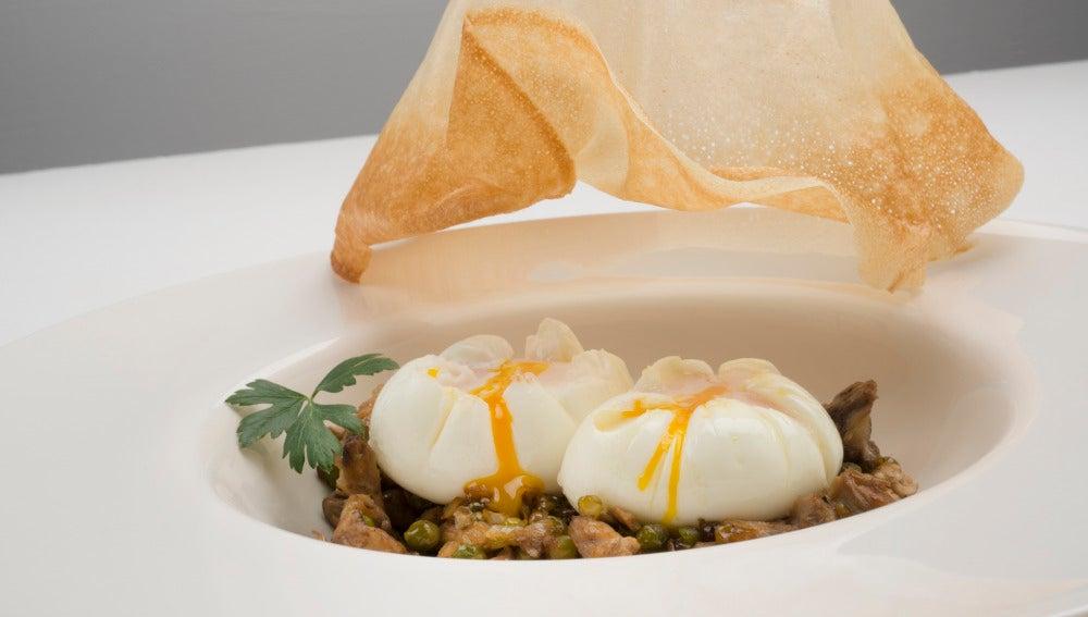 Huevos flor con setas y guisantes