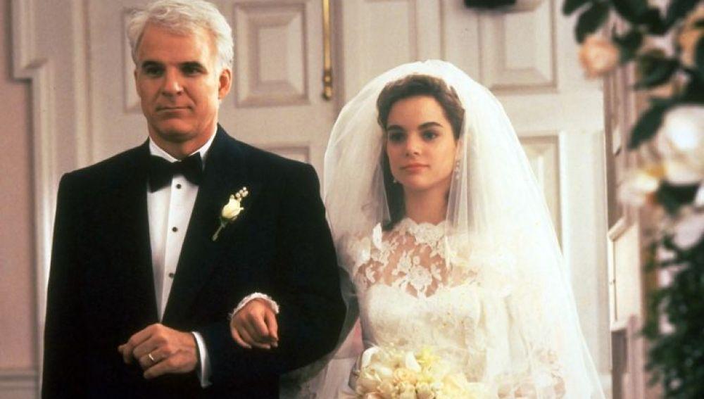 'El padre de la novia': La odisea de George Banks (Steve Martin) comienza cuando su única hija Annie, regresa de París y le comunica a sus padres que ha decidido casarse. El padre se ve metido en un asunto que no puede controlar. Una comedia imprescindible del cine.