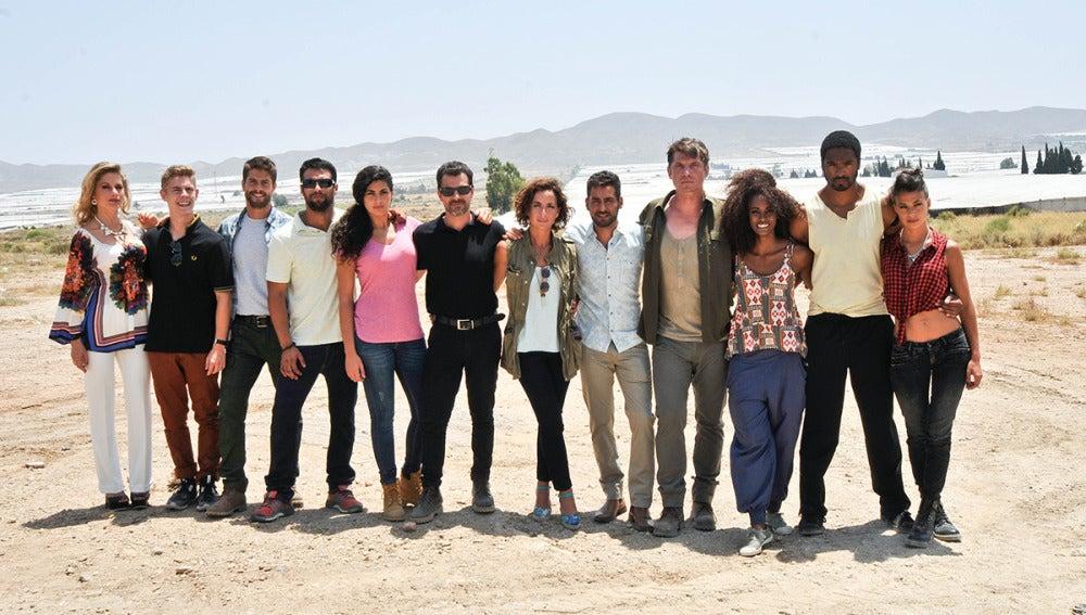 El elenco de actores en el rodaje de 'Mar de plástico' en Almería
