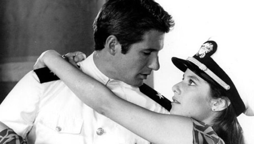 """Richard Gere y Debra Winger fueron una de las parejas más deseadas del cine en 'Oficial y Caballero' hasta que Gossett Jr., que trabajó en la cinta, aseguró que Debra Winger odió trabajar con el actor, dijo que Richard Gere era """"como una pared de ladrillos""""."""