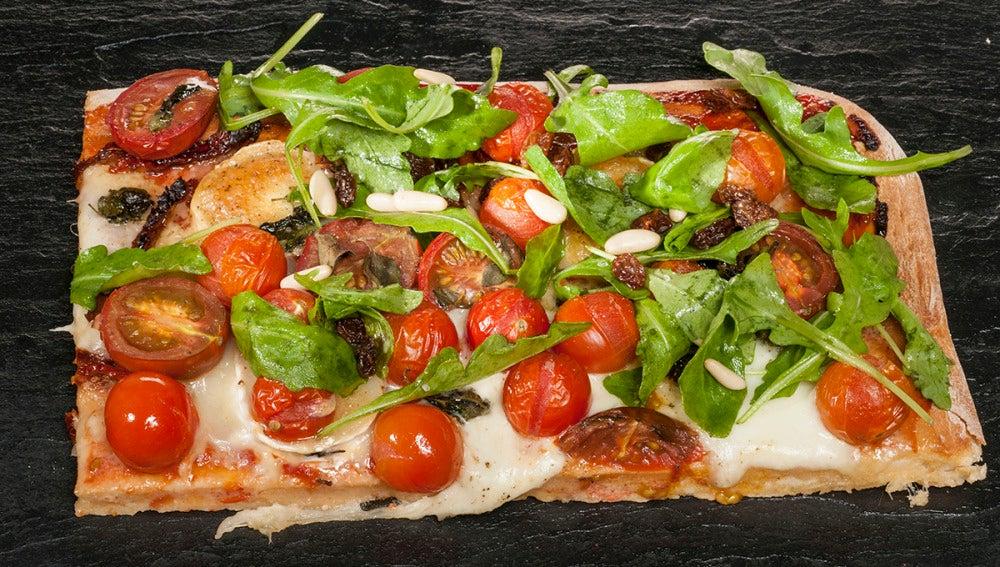 Pizza de quesos y tomates