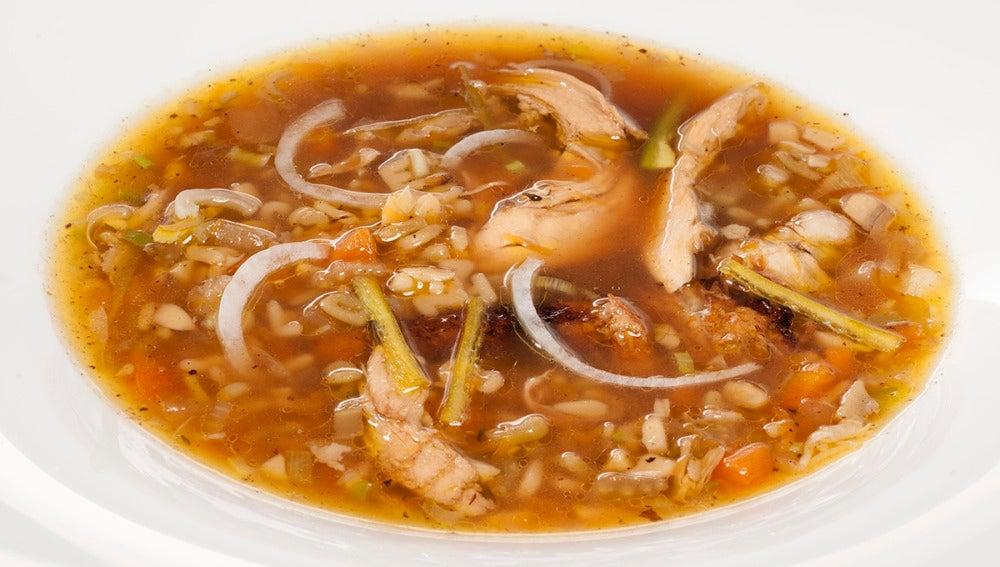 Sopa de picantón asado con pasta y verduras