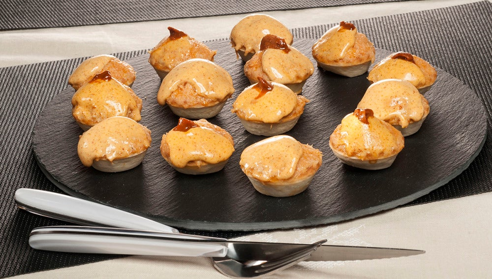 Trataletas de pastel de pescado y mahonesa de erizo