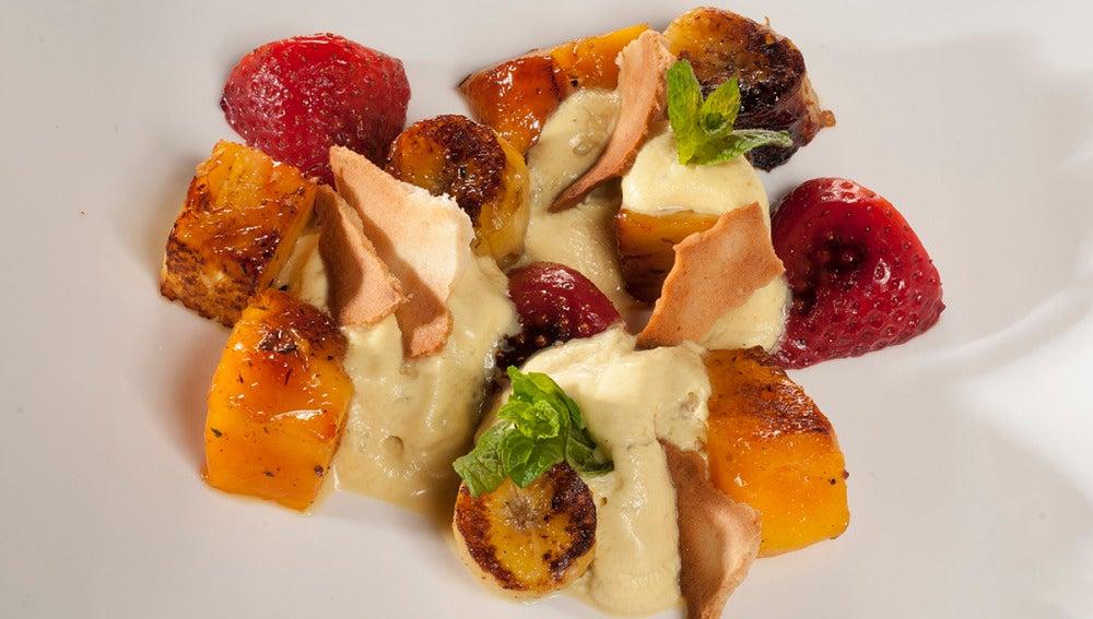 Frutas asadas con tejas y espuma de curry