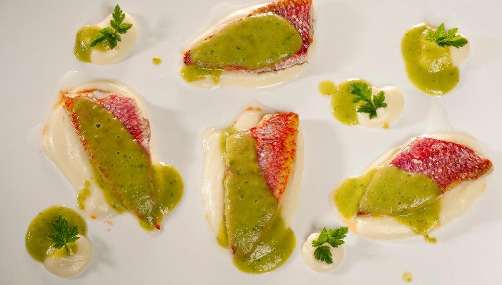 Salmonetes con coliflor y vinagreta de guisantes