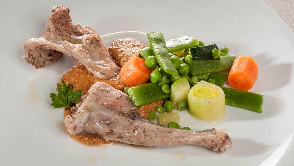 Conejo al vapor con salsa romesco y vegetales al toque