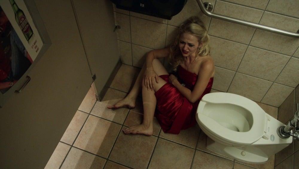 Rachel consuela a Anna tras la muerte de su padre