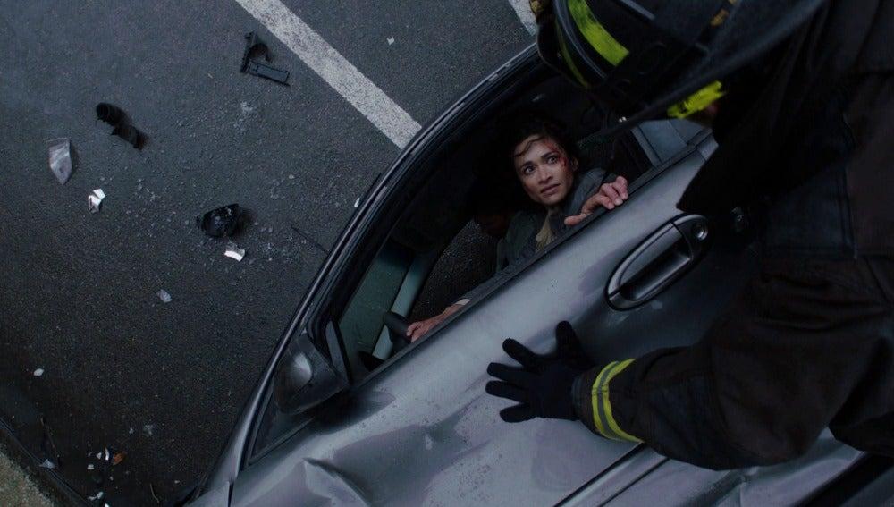 La víctima de un accidente de tráfico pone difícil el trabajo a los bomberos