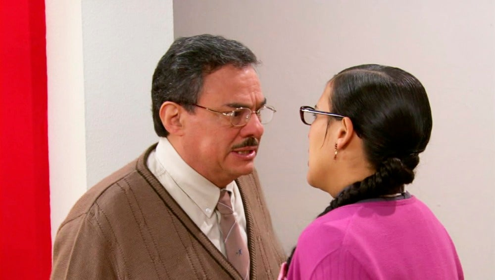 El padre de Lety acude a la oficina para reprochar a Don Fernando la actitud con su hija