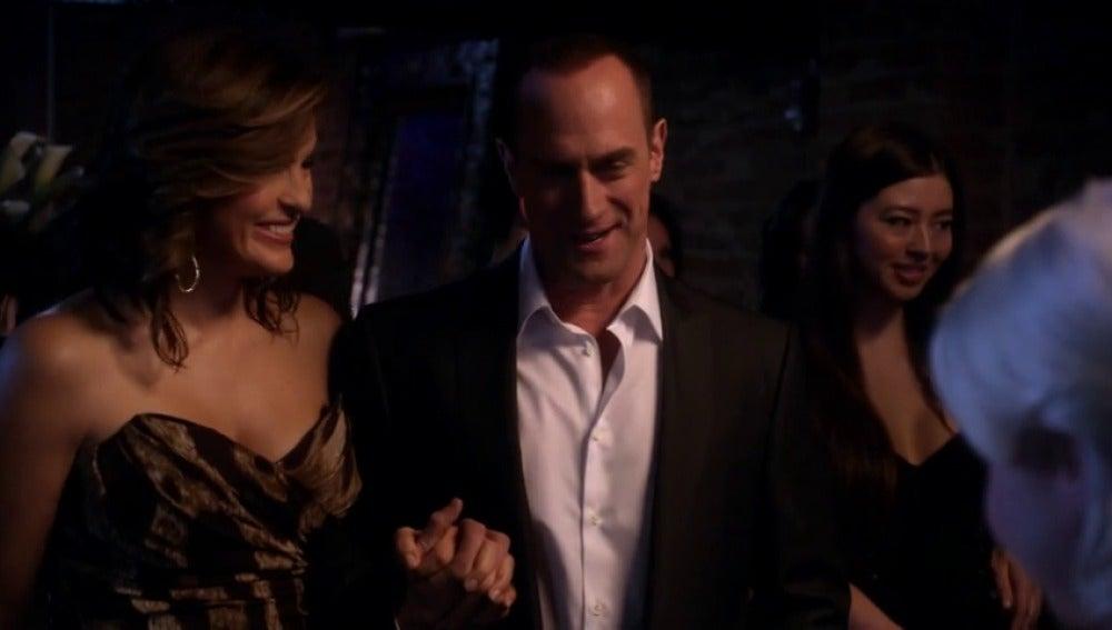 Frame 15.2465 de: Olivia y Stabler visitan un club de intercambio de parejas