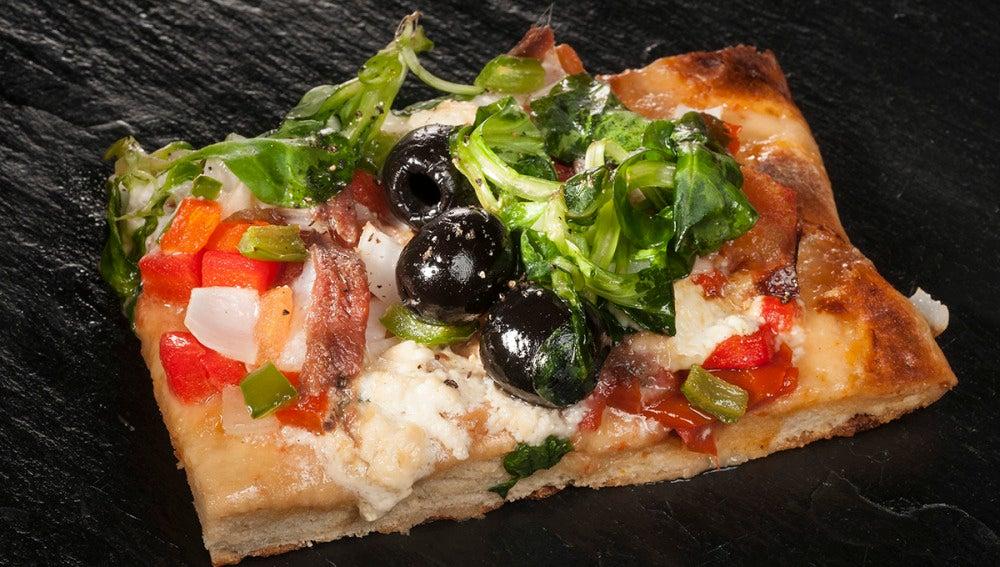Pizza rústica jardinera con anchoas y gorgonzola