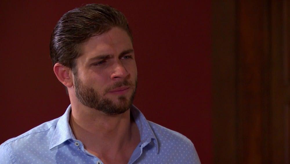 Carlos se entera de que Fernanda estuvo en la cárcel