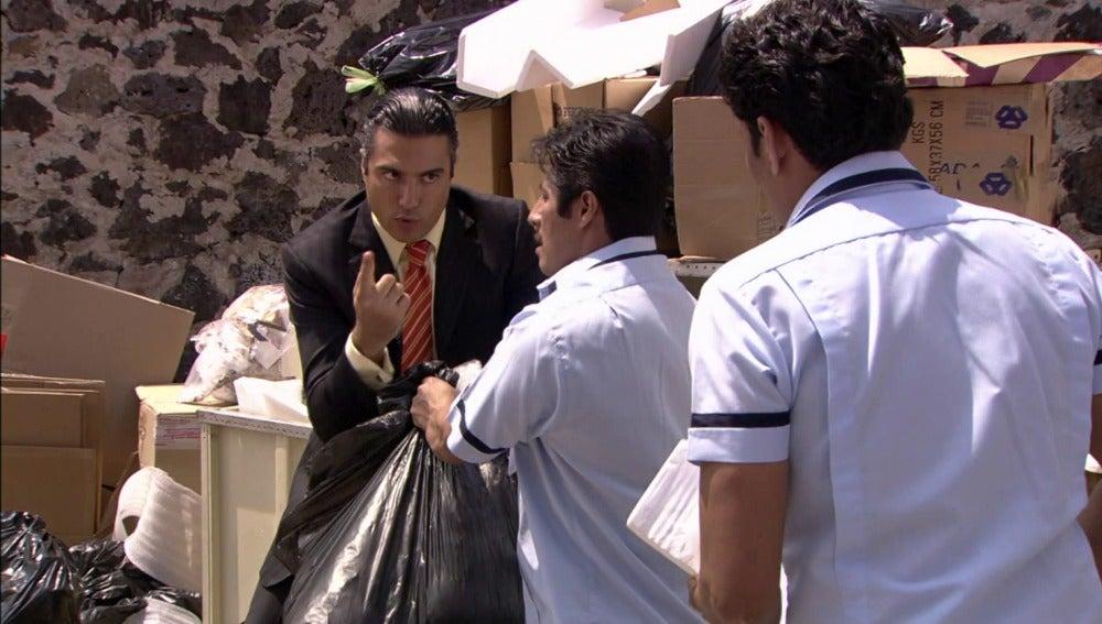 ¿Qué estará buscando Fernando en la basura?