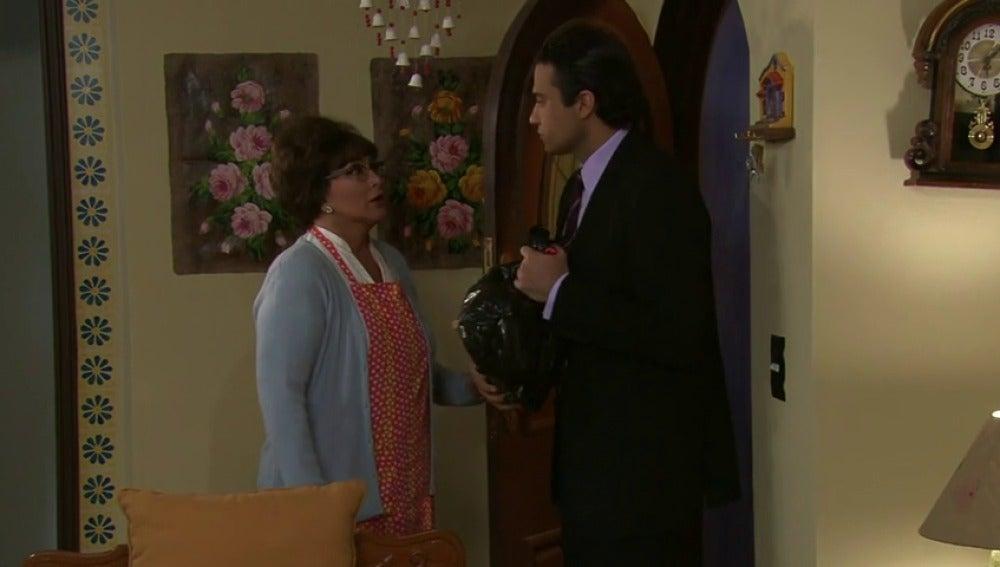 Frame 15.392744 de: ¿Qué tendrá que decirle Don Fernando a Doña Julieta?