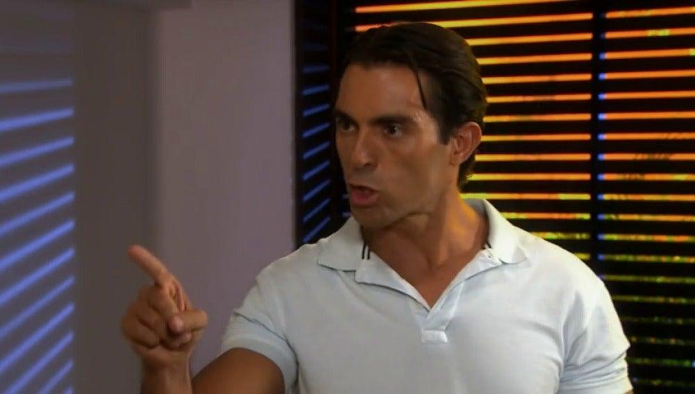 Frame 5.949938 de: Dario y Jaime discuten tras el apuñalamiento de su mujer