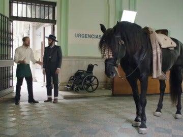"Frame 20.577777 de: Un vasco vestido de corto montando a caballo y diciendo ""me da coraje"""