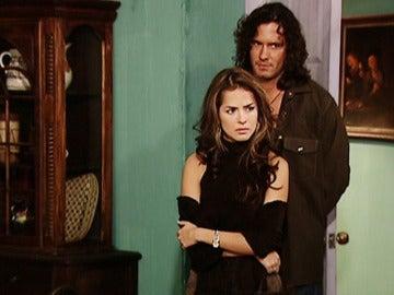 Juan enseña su casa a Norma