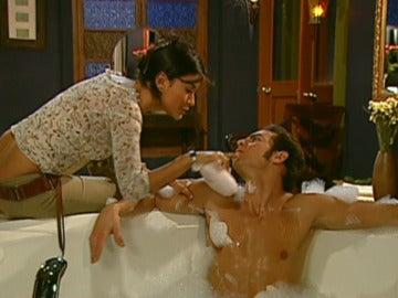 Óscar pide compañía a Jimena en la bañera