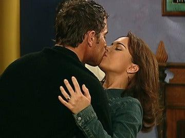 Franco y Sarita desatan su pasión delante de Quintina