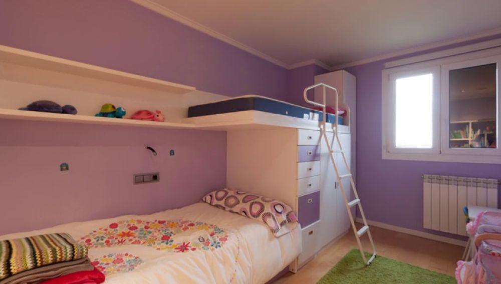 El dormitorio de Anuska decorado con listones de madera