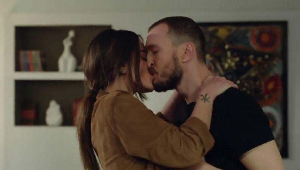 Nilüfer se besa apasionadamente con Metin