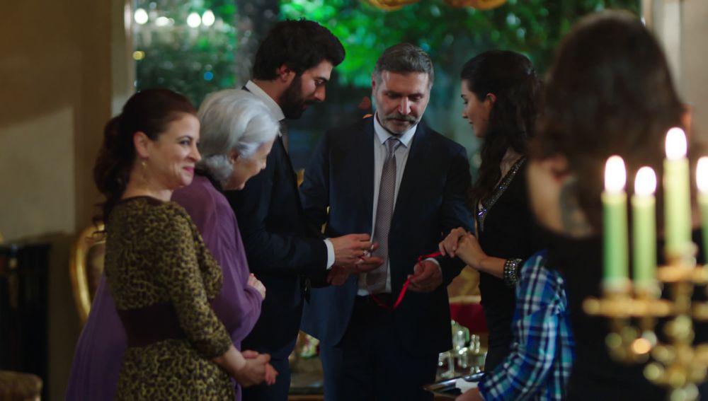Huseyin pone los anillos a Ömar y Elif