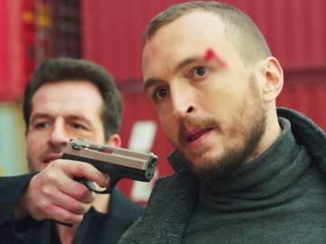 Ömar encuentra a Serat y Fatih y dispara a uno de los dos