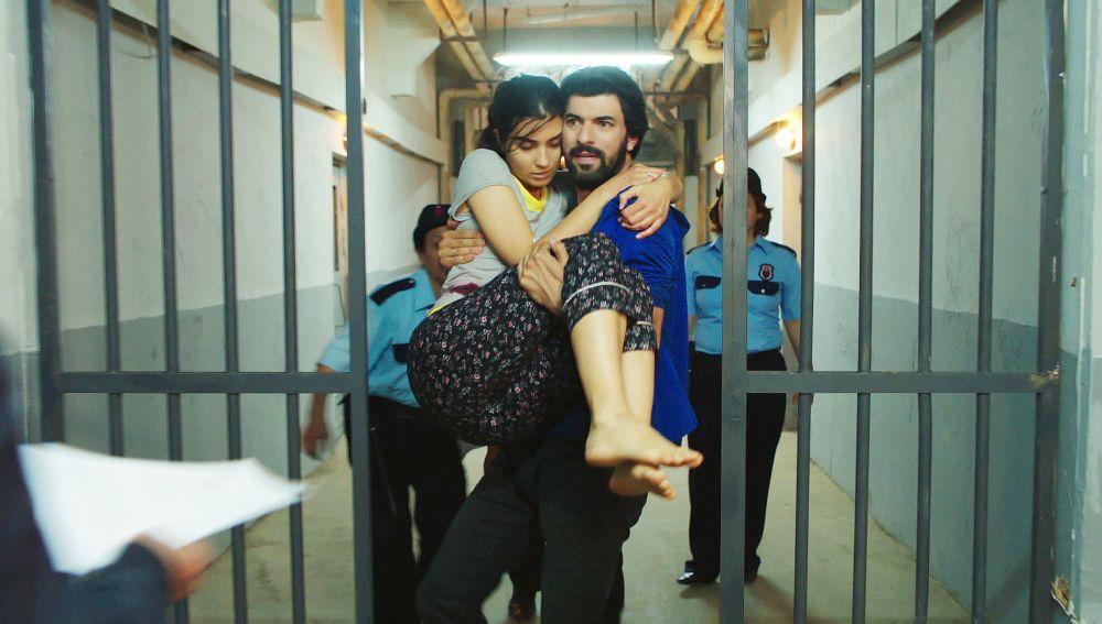Elif, agredida en prisión con un objeto punzante