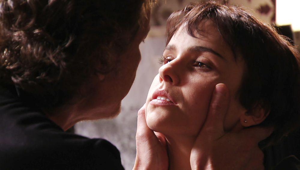 Max acosa sexualmente a Nina