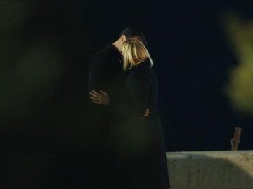 El beso de la madre de Mira
