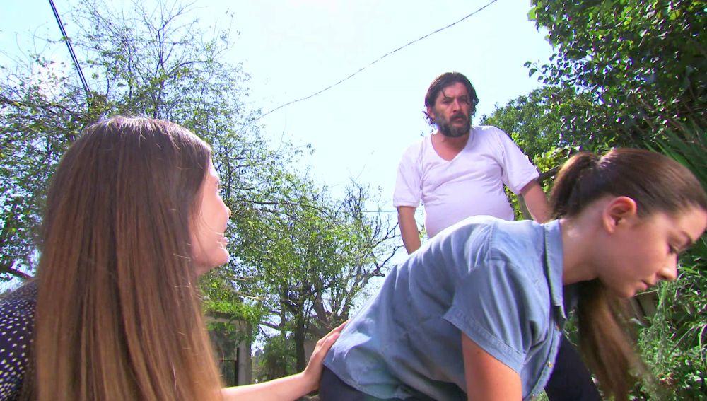 Veysel propina una paliza a Elif y Eysan
