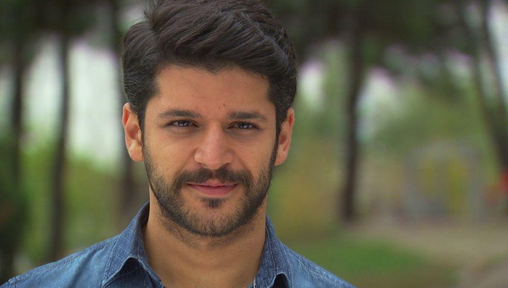 Selim ayuda a Ayse y se encuentra con Zeynep en el parque