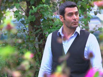 Kenan descubre la casa de Melek y Veysel