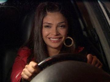 Elif, celosa, arremete contra el coche de Behlul
