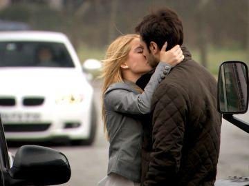 Hande besa a Levant ante la atónita mirada de Koray