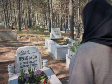 Turna ha muerto: Zeynep visita la tumba de su hija