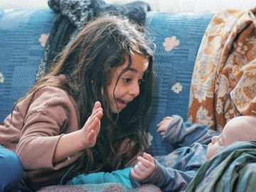 Melek cuida de Hasan, su hermano pequeño