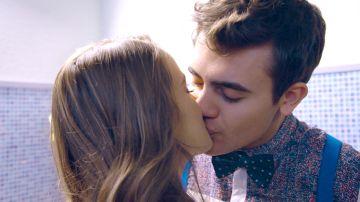 Guido y Yoloiti se besan a escondidas, mientras Diana confiesa algo