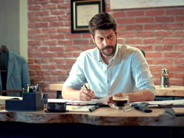Sinan se piensa si firmar o no los papeles de divorcio de ZeynepSinan se piensa si firmar o no los papeles de divorcio de Zeynep