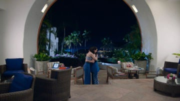 Abrazo entre Julieta y Susana