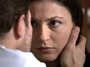 Mientras Yansel da a luz al hijo de Ali Kemal, Füsun besa a otro hombre