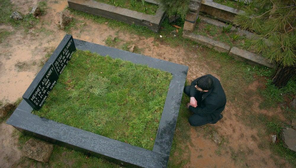 Miran ante la tumba de su madre