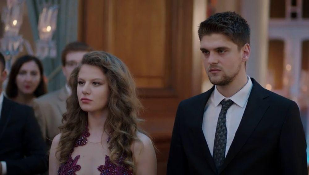 Selin y Yasin se presentan en la boda de Ece y Hazim con una inesperada noticia