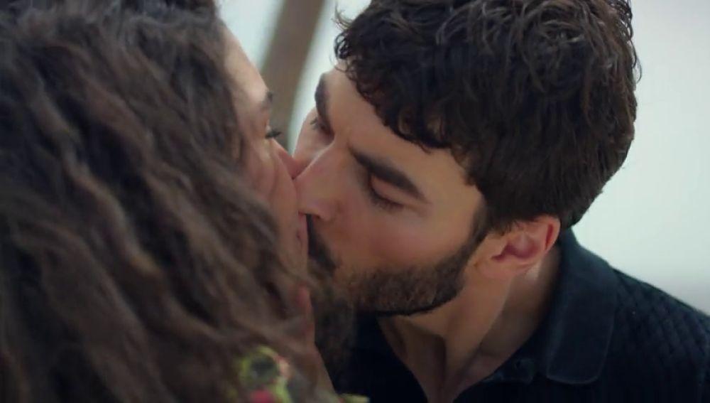 Miran le roba un beso a Reyyan