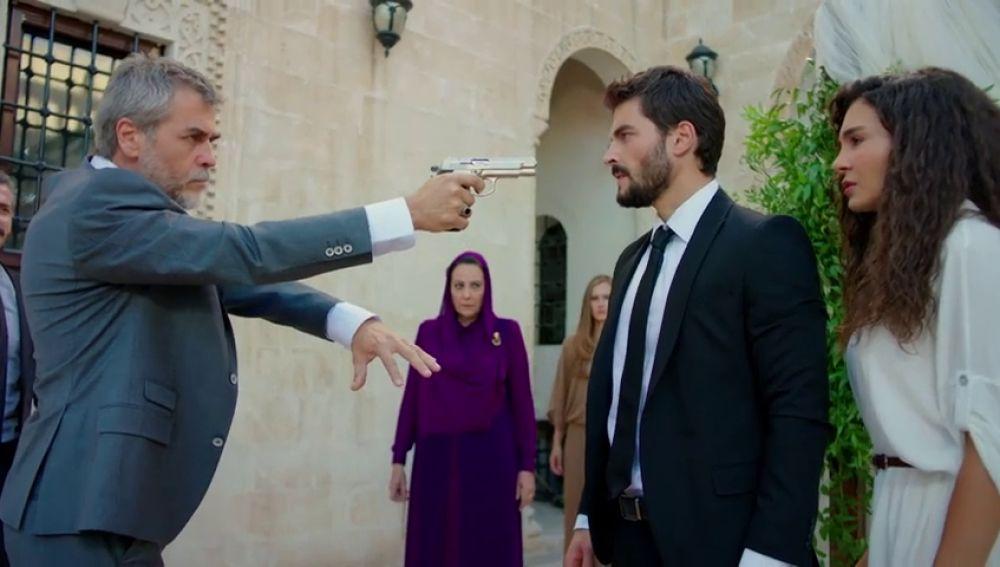 Hazar interrumpe la boda de Miran y Reyyan